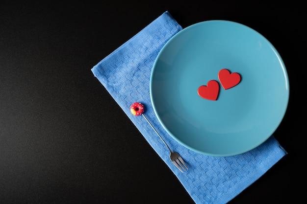 Corações vermelhos em um prato azul