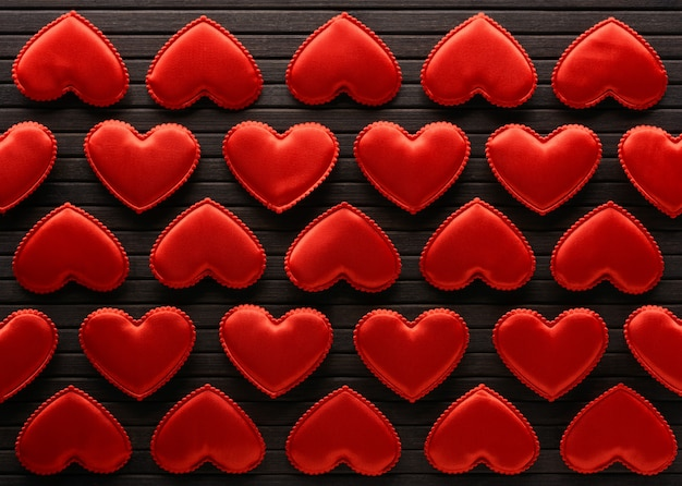Corações vermelhos feitos de pano