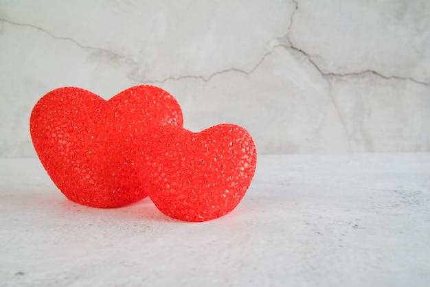 Corações vermelhos na mesa