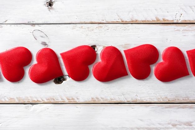 Corações vermelhos na superfície branca