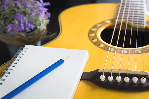 Corda acústica escrever papel compositor aberto