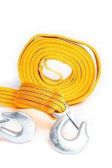 Corda corda de reboque para carros em um fundo branco