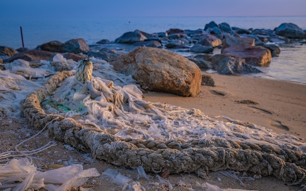 Corda de amarração amarrada na areia da praia