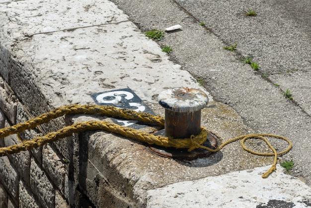 Corda de amarração no poste de amarração