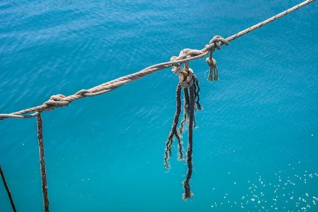 Corda de amarração sobre o mar azul