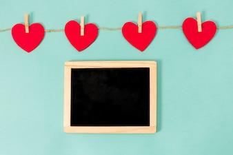 Corda de corações e tabuleiro vazio