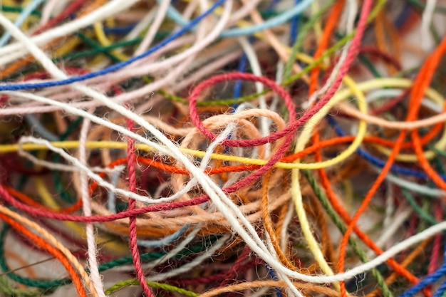 Corda de fio de seda multicolorida emaranhada de agulhas coloridas