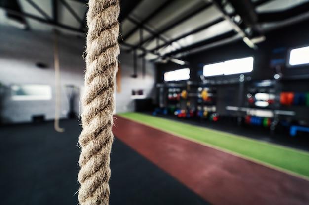 Corda de fitness para trabalhar com peso próprio na academia sem pessoas design urbano e conceito de academia moderna