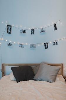 Corda de foto pendurada em cima da cama
