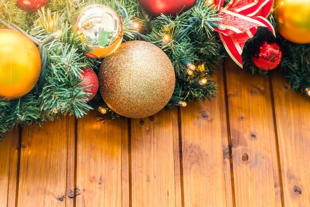Corda de natal com esferas do natal e motivos de natal