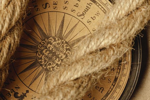 Corda de navio e bússola na madeira