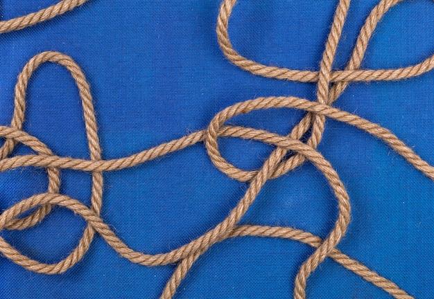 Corda de navio em fundo azul, vista superior com espaço de cópia