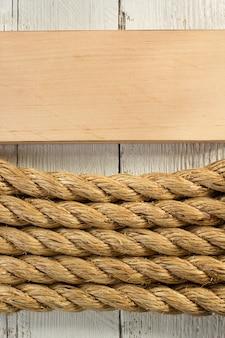 Corda de navio em fundo de madeira