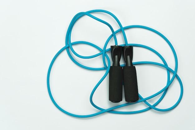Corda de pular azul e preta sobre fundo branco