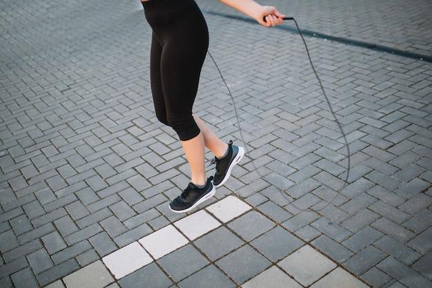 Corda de salto de pernas da mulher