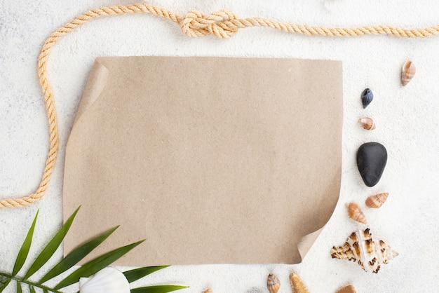 Corda de vista superior ao lado da folha de papel em branco