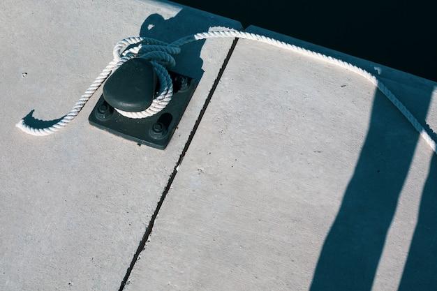 Corda do iate de amarração amarrada em torno de um grampo