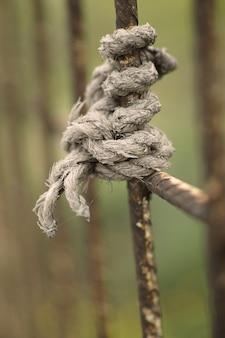 Corda em uma cerca de metal