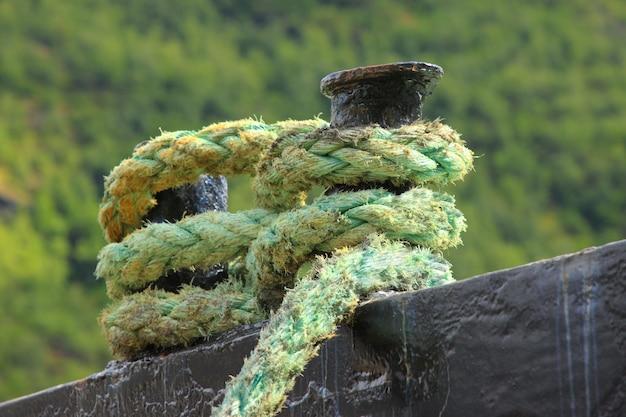 Corda para amarrar um barco para um cais
