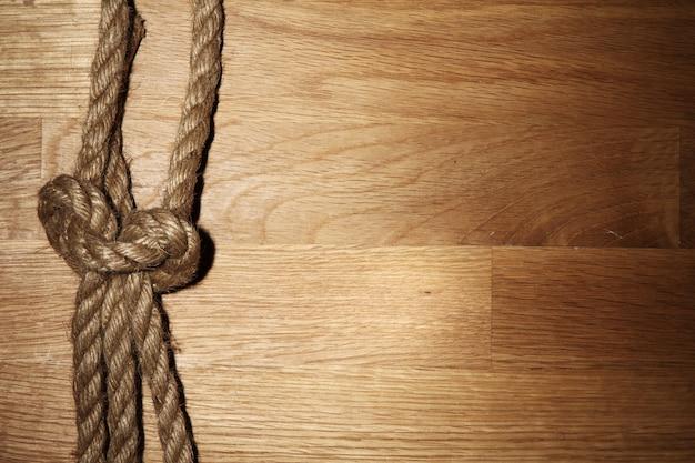 Corda velha sobre a superfície de madeira
