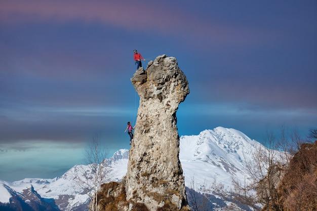 Cordado por dois alpinistas masculinos e femininos na parede