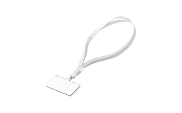 Cordão branco em branco com maquete de cartão de nome crachá de passe vazio pendurado na simulação de renda isolado