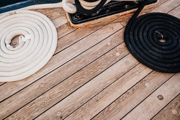 Cordas de amarração de barco enroladas em um veleiro.