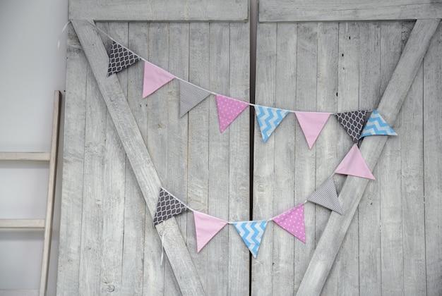 Cordas de bandeiras coloridas de festa em madeira