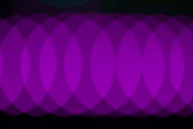 Cordas de luz de neon violeta abstrata