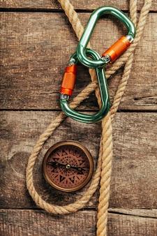 Cordas de navio e bússola na madeira
