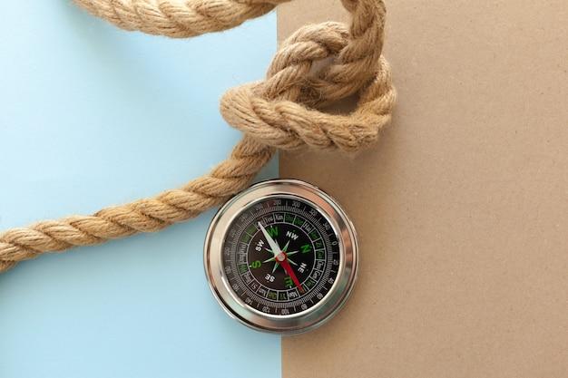 Cordas e bússola para navios