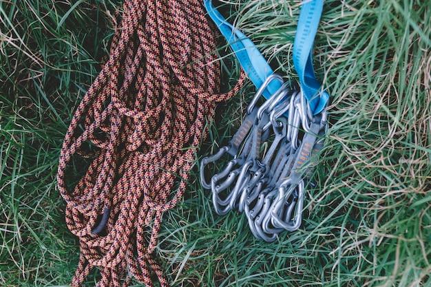 Cordas e carabiners de escalada