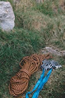 Cordas e mosquetões no chão