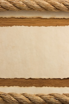 Cordas e papel antigo vintage velho em fundo de madeira