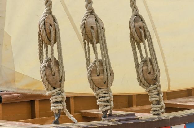 Cordas e vela de um velho veleiro