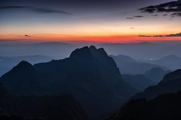 Cordilheira com estrelas no crepúsculo no santuário de vida selvagem. doi luang chiang dao, chiang mai, tailândia