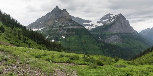 Cordilheira contra céu nublado, west glacier, indo ao sol road, parque nacional glacier, glaci