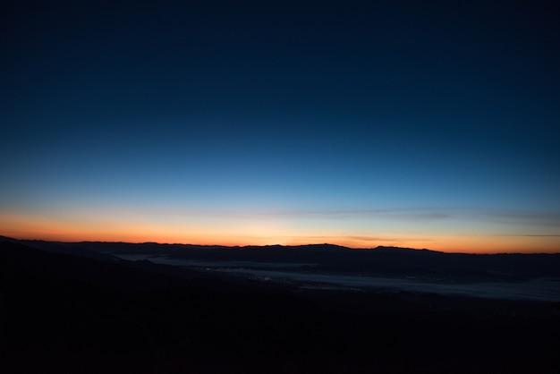 Cordilheira de manhã, montanha de camada de silhueta