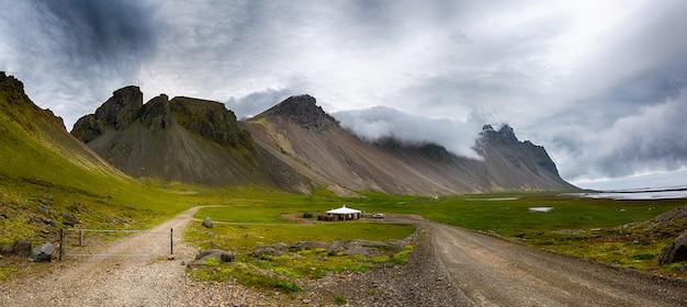 Cordilheira de vestrahorn stokksnes, montanha de batman, verão de islândia.