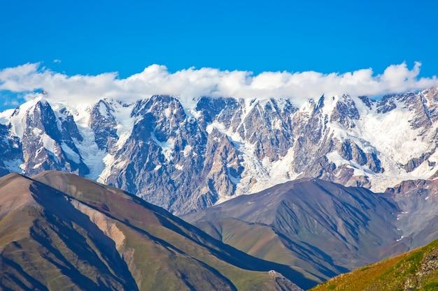Cordilheira do cáucaso na geórgia. paisagem montanhosa