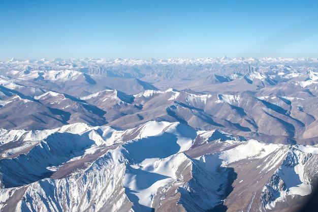 Cordilheira do himalaia e neve e nublado no estado da região de ladakh, jammu e caxemira, parte norte da índia