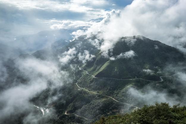 Cordilheira do ponto de vista mais alta no nevoeiro em tram ton pass
