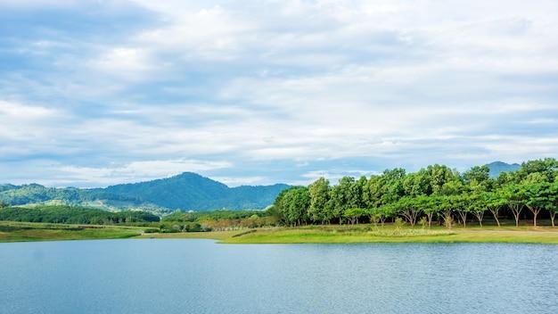 Cordilheira e lago no parque chiang rai de singha, tailândia.