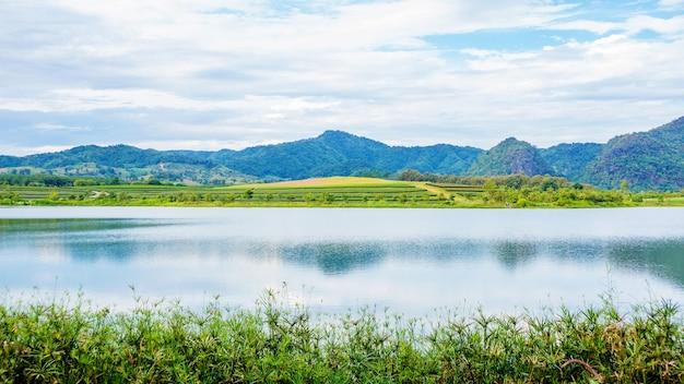 Cordilheira e lago no parque singha chiang rai