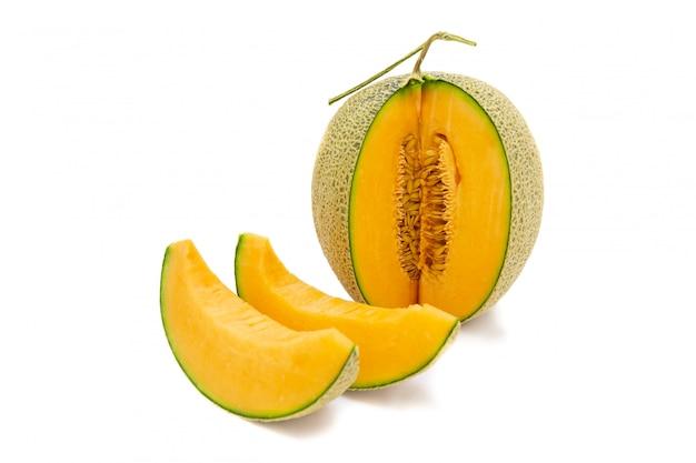 Cores brilhantes do melão do close up que é girado e partes isoladas no fundo branco.