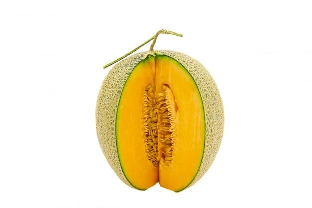 Cores brilhantes do melão do close up que é girado isolado no fundo branco.