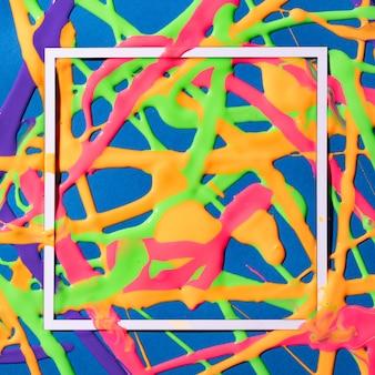 Cores criativas do arco-íris com gotas vivas mínimas.