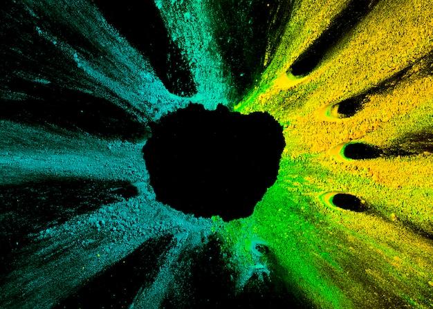 Cores de holi misto multicolorido em fundo preto