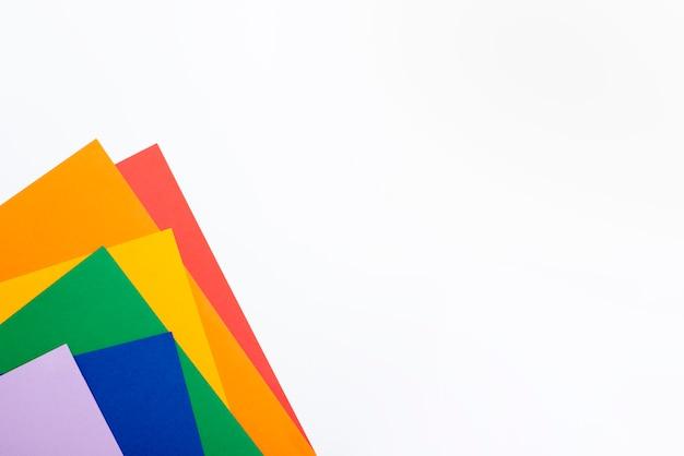 Cores de papel de arco-íris com cópia-espaço