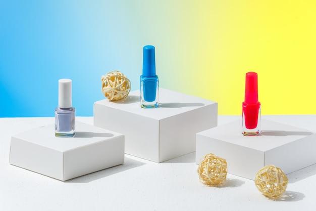 Cores diferentes de esmaltes para o verão para se preparar para uma manicure